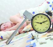 Девушка сломала будильник и продол